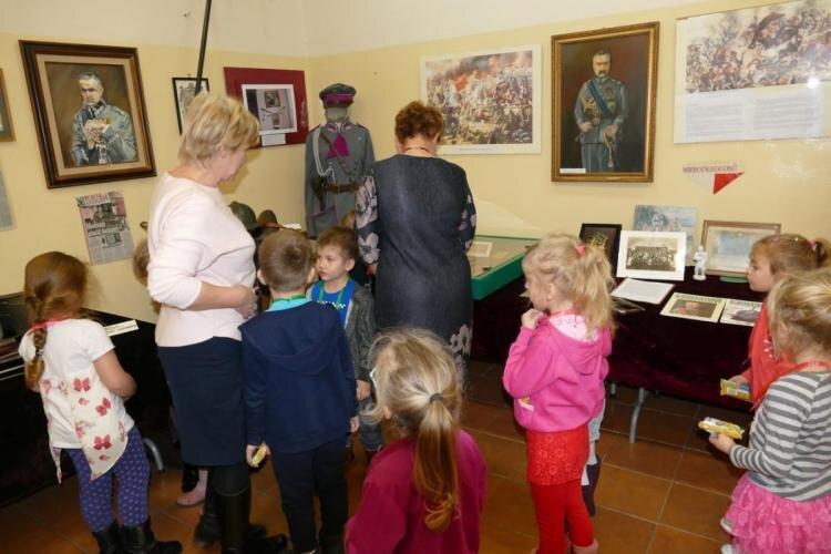 W Gminnej Bibliotece Publicznej w Grabowcu odbyły się spotkania urodzinowe Pluszowego Misia
